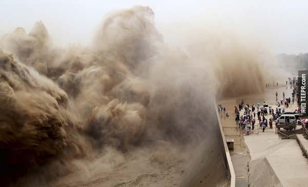 中國人民圍觀在黃河旁,眼睜睜地看著洪水因為政府試圖拆除圍牆而瘋狂地大量湧出。