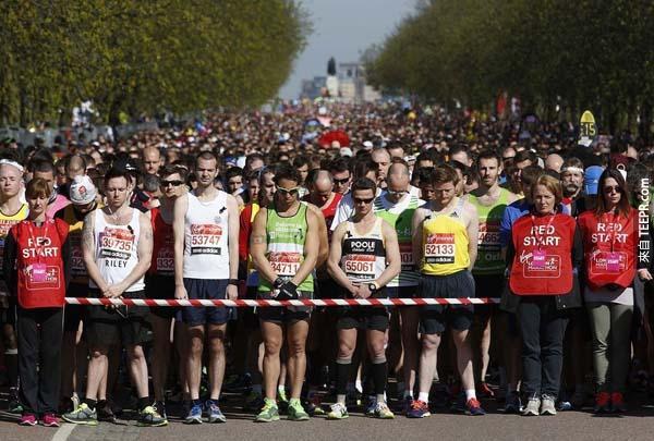 參加倫敦馬拉松競賽跑者們嚴肅默哀的片刻,以表達對於波士頓馬拉松所發生的悲劇事件弔唁與尊敬。