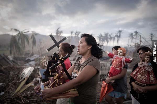 超級颶風海燕(Haiyan)的倖存者虔誠地進行了宗教遊行儀式。