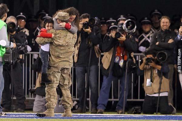 一位空軍軍官在美國球賽紐約巨人隊大戰綠灣包装工隊的時候,忽然出現給他的家人一個大大的驚喜。