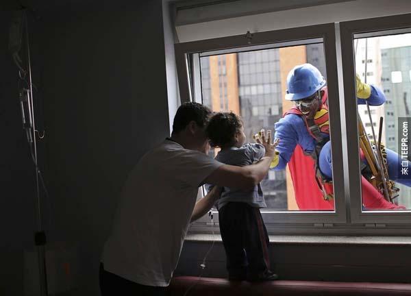 一位在巴西聖保羅(Sao Paulo)的洗窗清潔工搖身一變成為超級英雄,鼓勵一個生病的孩子要快點好起來。