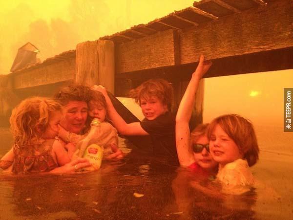 在澳洲的大火災中,這位勇敢的奶奶帶著她的孫子、孫女們從致命的大火中在水裡面避難。