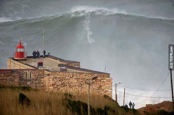 加勒特·麥克納馬拉(Garrett McNamara )嘗試在葡萄牙最大的海浪上試圖打破衝浪金氏世界紀錄。