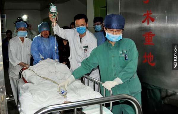 陳小弟弟聽到了她媽媽拒絕了他的請求,所以他苦苦哀求他的媽媽接受他的腎臟,帶著他的一部分繼續活下去。