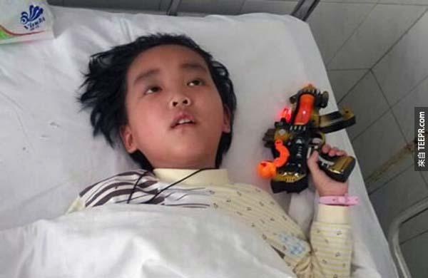 他們兩個人很多年來都一起跟病魔戰鬥。後來,陳小弟弟因為腦瘤而全身癱瘓,而且也失明了。