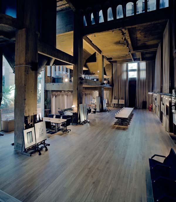 """後來剩下的8個筒倉被變成辦公室、模型室、儲藏室、圖書館、電影房、和一個叫做""""大教堂""""的一個空間 (為了舉辦展覽用的)。"""