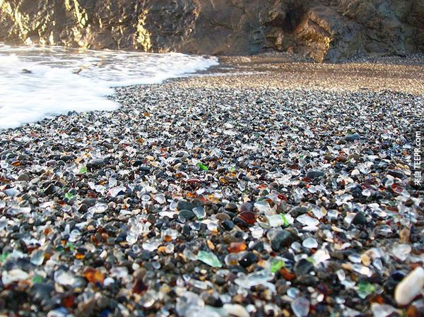 人類把這個海灘堆滿了垃圾。接下來大自然用最「美麗「的方式反擊。