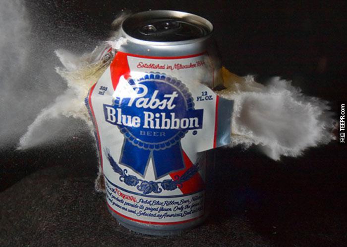 5) 子彈穿過啤酒罐的瞬間。