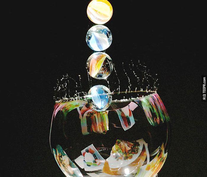 7) 一個彈珠落在一個泡泡上。