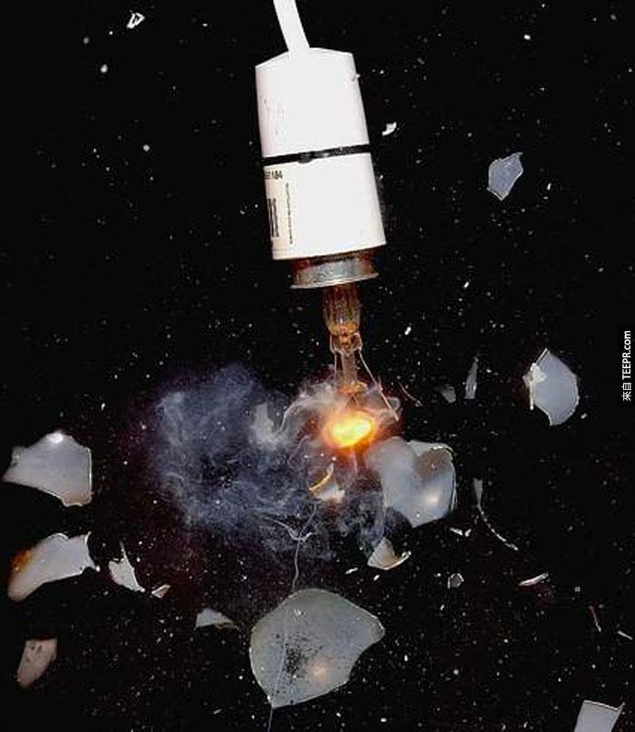 14) 電燈泡爆炸。
