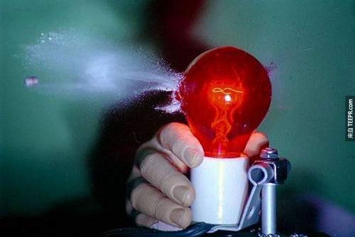 23) 子彈射穿紅色電燈泡 (手是假的)。