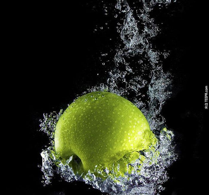 28) 蘋果掉到水裡面去。