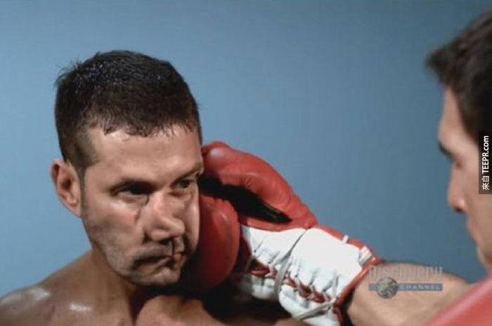 33) 當一名拳擊手被爆頭。