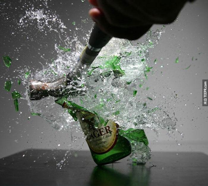 34) 搥子毀滅一瓶啤酒。