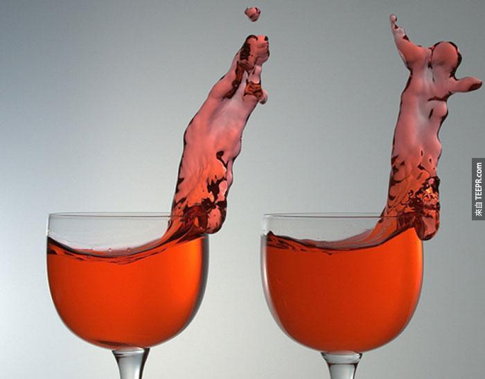 35) 當紅酒杯被劇烈移動的時候。
