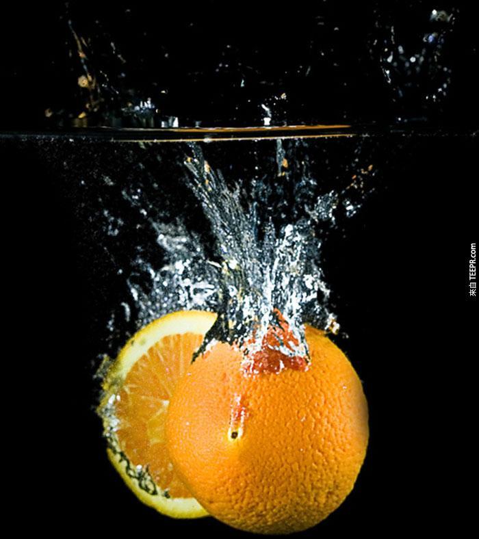 39) 切開的柳橙落在水裡。