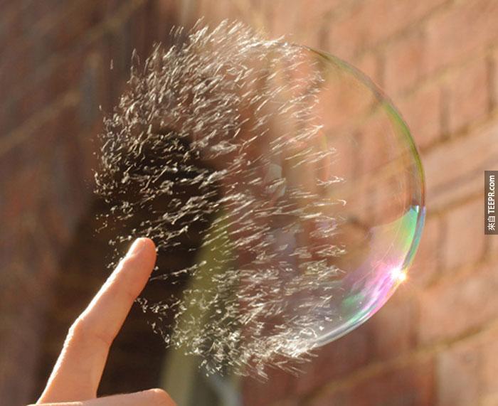 40) 把一顆肥皂泡泡戳破。