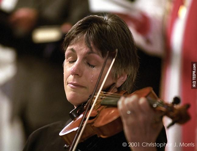 小提琴家 Nancy Dinovo 在溫哥華的基督教教堂為了美國911事件的罹難者彈奏。