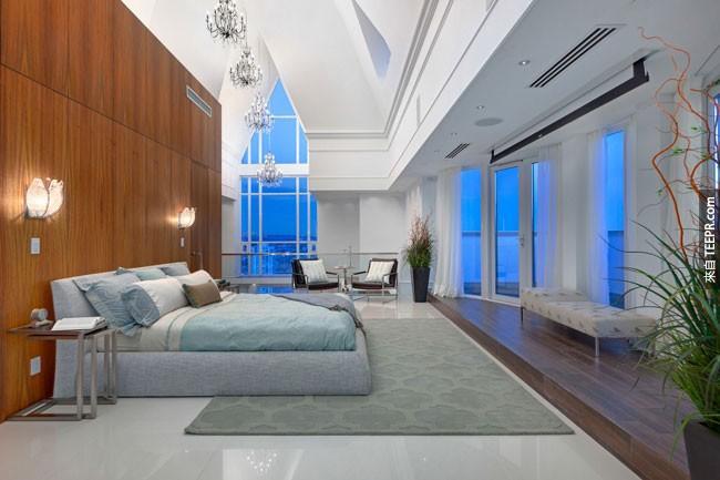 30. Elysium Penthouse裡的完美主臥室 (加拿大溫哥華)