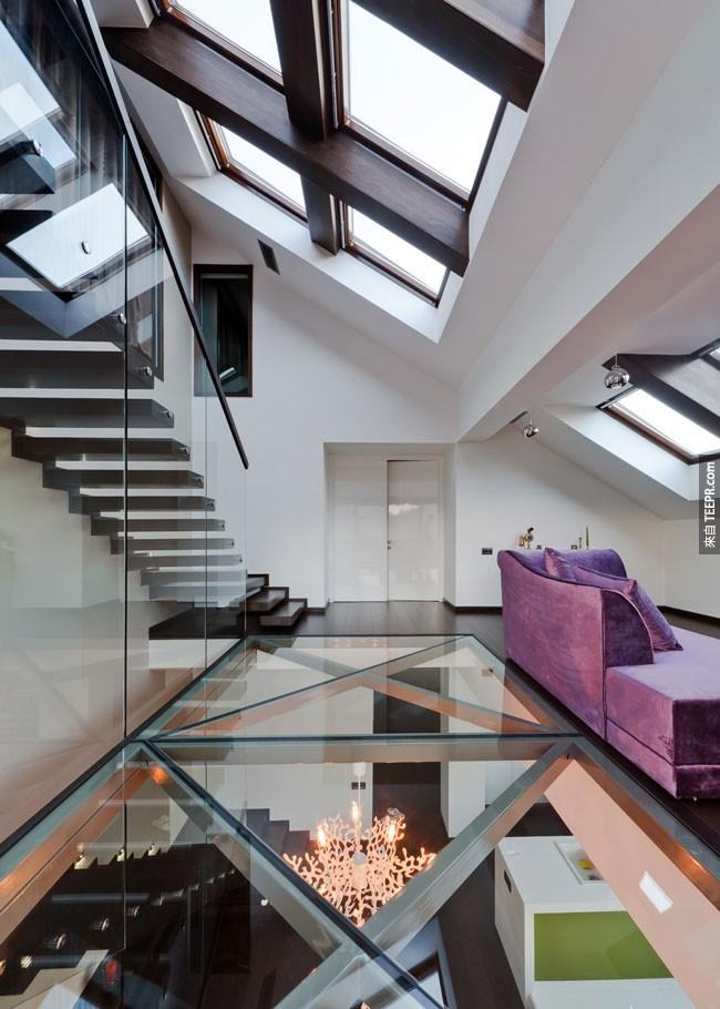 32. 这间罗马尼亚三层楼的屋子到处都有玻璃,就连在地板上都有。