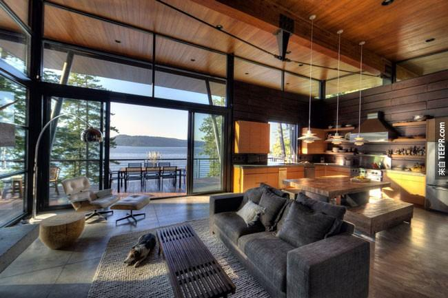 23. 一边在这样现代摩登的厨房里做菜,一边欣赏窗外的美丽湖景 (爱达荷州)。