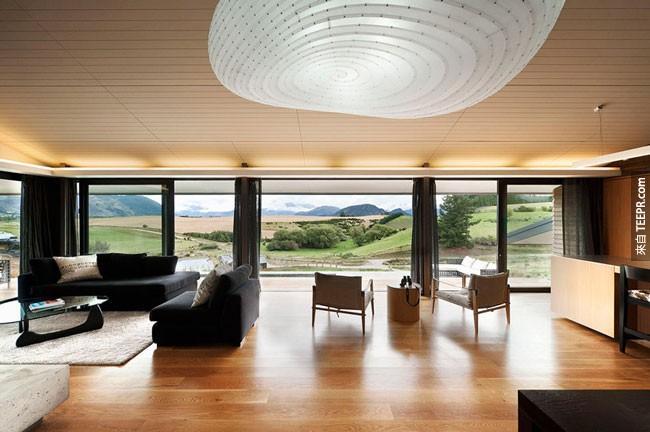 25. 美麗的客廳俯瞰著紐西蘭的農田。