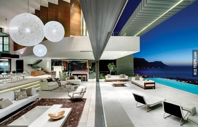27. 客厅有一扇巨大的滑动玻璃门,让你可以展开后就可以享受户外的风景 (南加州开普敦)。
