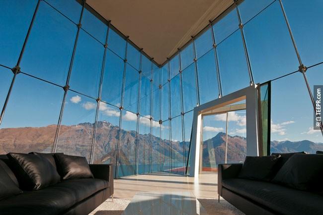 34. 这间The Jagged Edge House (锯齿边缘楼) 让你可以透过26英尺高的落地窗户看到不可思议的世界美景 (纽西兰)。