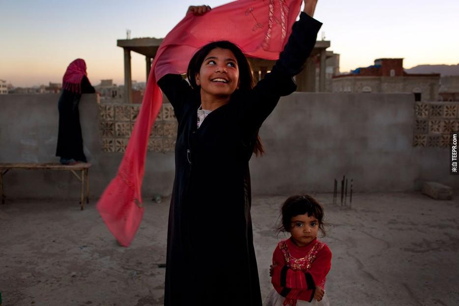 10歲的葉門小女孩在得到跟她指腹為婚的成人丈夫離婚核准而開懷地笑。