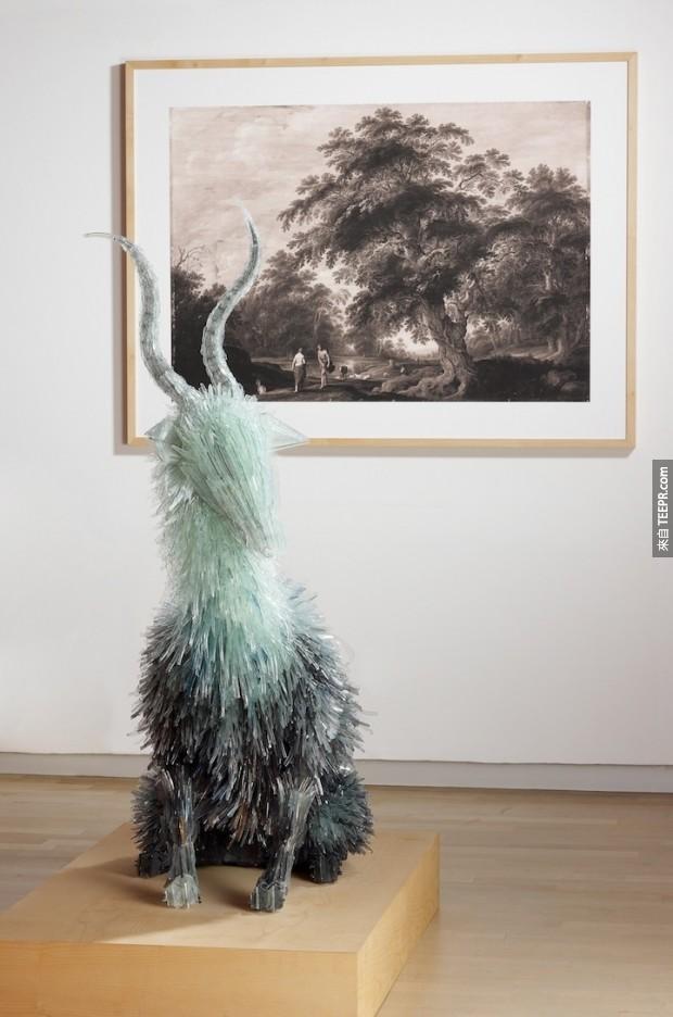 這名波蘭的藝術家把一個我們所有人都不敢碰的東西變成驚人的藝術品。我不敢碰,但是我好想要買!