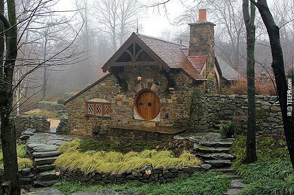我不知道這個哈比人房子到底是很瘋狂還是很天才。但是當我看到內部的時候,我就好像要住在裡面!