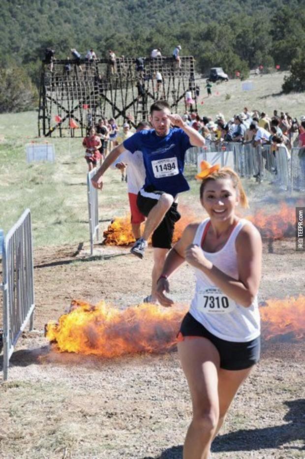 20.極端比賽的參賽者跳過火焰。