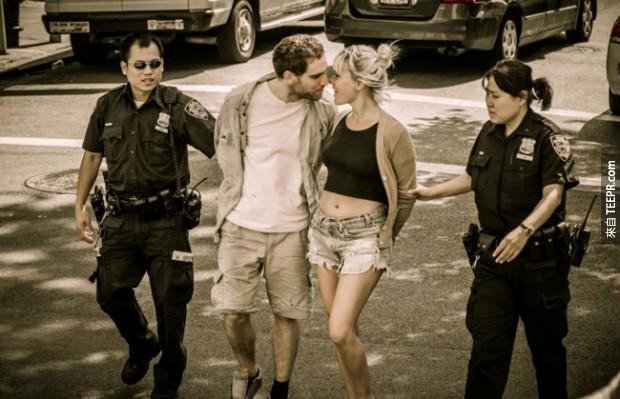 23. 一對情侶因塗鴉而被拘捕。被拘捕時還時濃情蜜意。