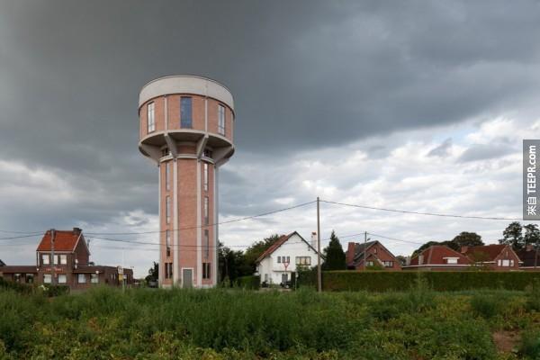 這個人買下了一座1938年的水塔,然後做了一件讓大家都很嫉妒的事情。