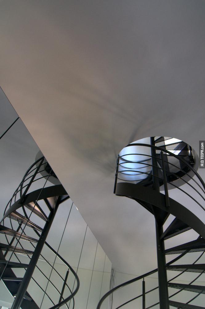 但是這個水塔裡面最棒的地方其實在這個樓梯的上面。