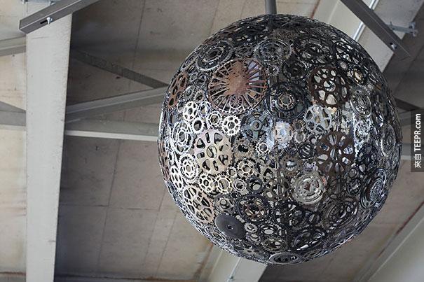 23. 用舊的腳踏車零件做的吊燈。