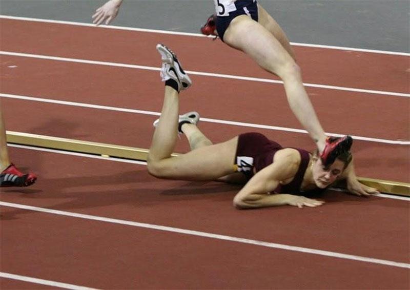 這個女生在一場賽跑中跌倒在地。我完全不敢相信接下來發生的事情。