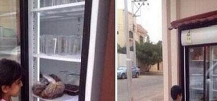 這名阿拉伯男子家外的冰箱是所有流浪漢的希望。你看到就知道為什麼了。