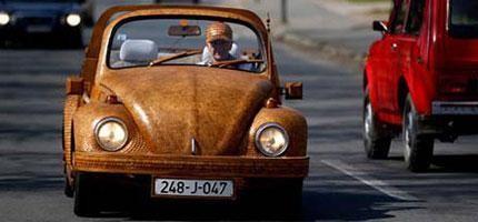 看到那位在一部老舊的金龜車裡面的老人家嗎?等你繼續看下去後就會大吃一驚。