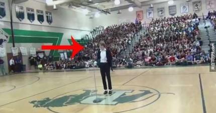 這個男生走到體育場的正中央後做了這件事情...讓大家看得下巴都掉到地上了。