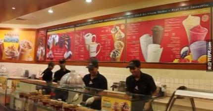 這家冰淇淋為了要打敗競爭對手,只要客人點餐都會做這個表演。
