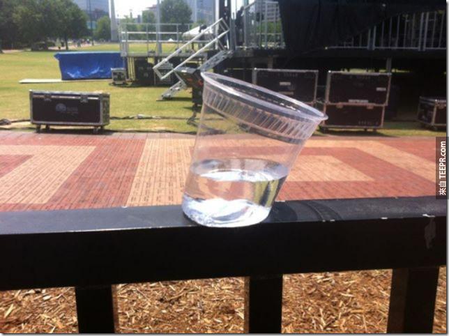 當你的塑膠杯裡面的冰塊融化後,杯子也融化了。