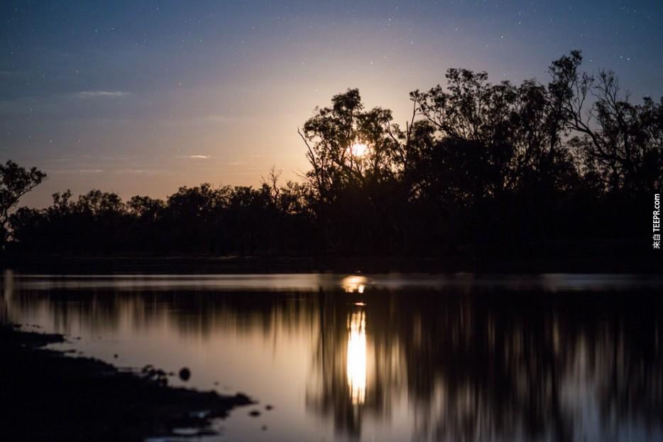 2位旅行者在澳洲荒郊捕捉地球外的景色。我不敢相信他們捕捉到了那樣的景象!
