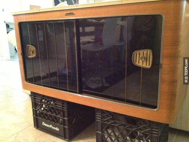 他找到了一個大多數人都會丟掉的破舊收音機櫃。他接下來做的事情真的太酷了!