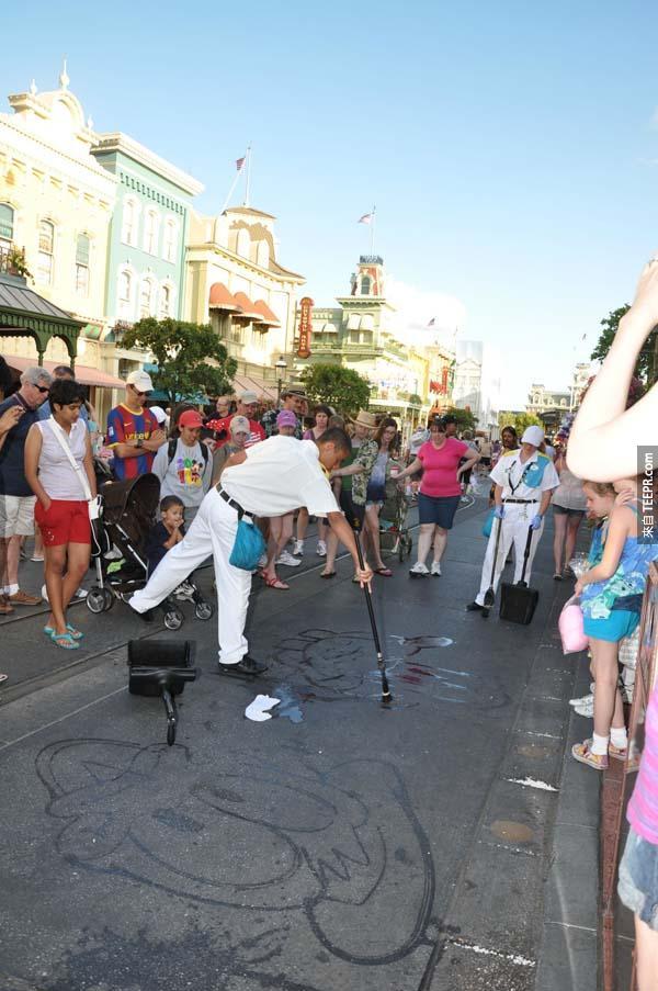 大家都知道迪士尼遊樂園很棒,光去看那邊的清潔工都會值回票價。這就是為什麼。