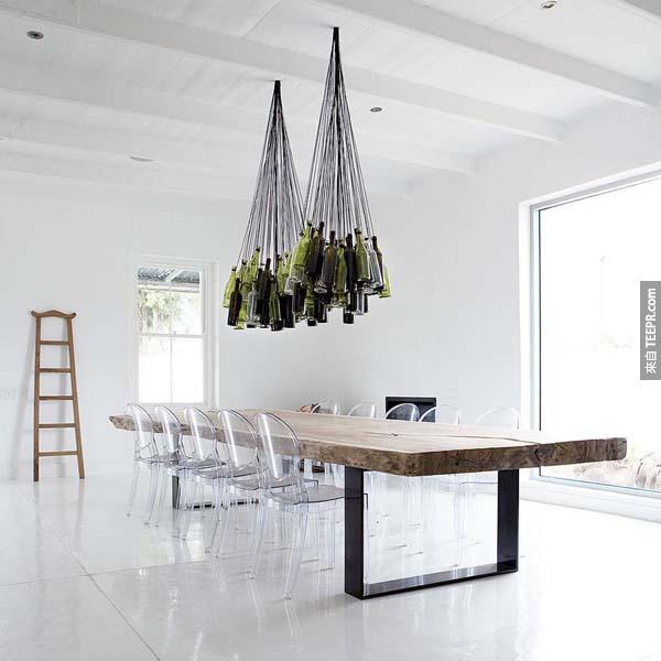 12.) 这种酒瓶吊灯放在厨房最适合不过了。