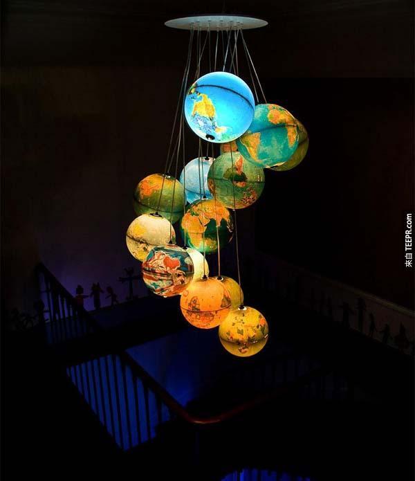 """16.) 地球仪吊灯让你的家看起来更""""国际化""""。"""