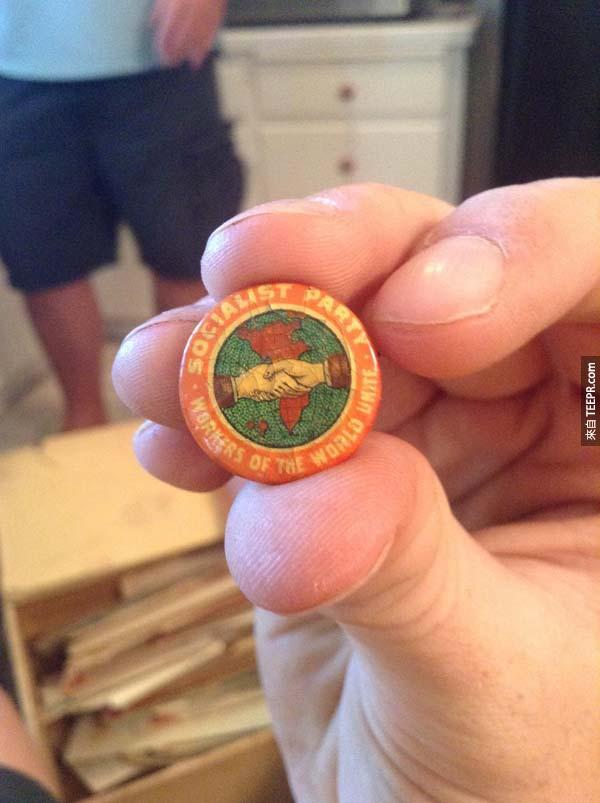 這個支持社會主義的鈕扣是在箱子的底部找到的,還有一些社會主義的物品。