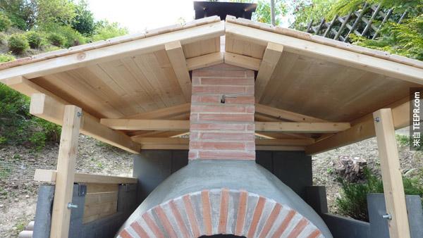他們後來用木頭做了一個遮雨屋頂。