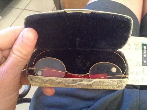 有4副眼鏡被放在盒子裡,皆附上Dr. Haux的說明書。